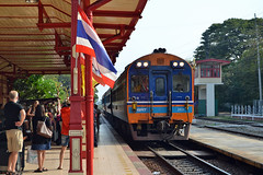 SRT APD 20 - Hua Hin Railway Station (prahatravel) Tags: public station train thailand state railway transportation daewoo locomotive 20 hua heavy hin industries tog arriving apd jernbane