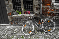 Fiets in begijnhof (v_rijswijk) Tags: street city urban blackandwhite streetart bike leuven streetphotography urbano bnw stad urbanphotography urbanstreets streetartistry