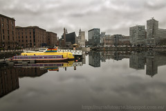 Liverpool (Nuria Domnguez) Tags: sky reflection building cute beautiful ro liverpool river landscape mirror boat nice arquitectura agua barco paisaje nuria cielo albertdock thebeatles domnguez