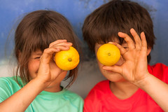 Limones de Italia (Nathalie Le Bris) Tags: portrait florence lemon child hand retrato main mano enfant nio citron italie limon