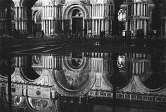 Reflet | Reflection (Anthony Blin) Tags: venice blackandwhite bw film analog canon 35mmfilm delta3200 venise ilford analogphotography argentique ilforddelta3200 canoneos33 analogfilm analogique