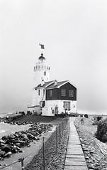 Lighthouse: Het Paard van Marken (1839) (Arne Kuilman) Tags: blackandwhite lighthouse film netherlands iso100 town nederland samsung scan apx100 pointandshoot v600 agfa vuurtoren marken stad 1839 hetpaardvanmarken slimzoom290ws