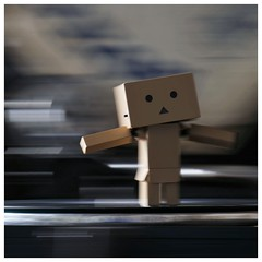 Panning with Danb (steffi's) Tags: japan toy manga merchandise panning spielzeug figur yotsuba danbo wellpappe objectphotography danbooru indooractivities panningeffect danboard kiyohikoazuma   kartonmnnchen danb kartonschachtelroboter suitcasephonograph