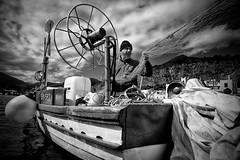 Fisherman (Mirko Giambanco ph) Tags: street portrait white fish black lens fisherman barca mare fuji pesci sicily fujifilm manual 12mm palermo bianco nero sicilia biancoenero pescatore pesce mondello pescatori samyang xt1