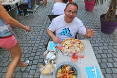 Rue de la Chèvre - Metz (France) (Meteorry) Tags: food man france male guy me shirt dinner table restaurant italian europe terrace wmc spaceinvader terrasse july moi pasta ladolcevita pizza drinks lorraine metz homme rosé moselle 2015 invaded fruitsdemer meteorry perrytak ruedelachèvre alsacechampagneardennelorraine alsacechampagneardennelorrain pi22a