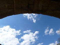 Sous l'arche (Malys_) Tags: soleil pierre bleu ciel nuage arche