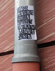 Welt brennen sehen wollen. (universaldilletant) Tags: streetart sticker frankfurt menschen brennen welt