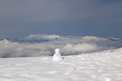 Bonhomme de neige sur les hauteurs (escaledith) Tags: france nature neige paysages espace 65 montagnes bonhommedeneige hautespyrnes stationski