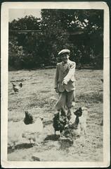 Archiv D826 Hhnerwiese, 1930er (Hans-Michael Tappen) Tags: boy fashion 1930s outfit wiese cap mode mtze junge hhner kappe knickerbocker schiebermtze sakko 1930er archivhansmichaeltappen hhnerwiese