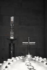Teil des Taufbeckens in der Liebfrauenkirche in Trier (DanielHiller) Tags: church candle cross kirche kerze x kreuz taufe taufkerze