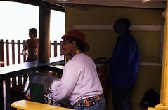 Bahamas 1988 (316) Rose Island (Rüdiger Stehn) Tags: atlantik wasser meer mittelamerika karibik westindischeinseln amerika insel bahamas 1988 contax137md canoscan8800f 35mm analog kbfilm diapositivfilm kleinbild slide 1980er 1980s scan analogfilm dia roseisland tagesausflug schiffsausflug boot schiff ausflugsschiff menschen leute thebahamas nordamerika arbeit rüdigerstehn