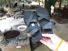 """Cu Chi: récupération des pneus pour en faire des sandales pendant la Guerre du Vietnam <a style=""""margin-left:10px; font-size:0.8em;"""" href=""""http://www.flickr.com/photos/127723101@N04/24271244529/"""" target=""""_blank"""">@flickr</a>"""