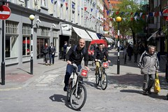 Speeding around Covent Garden (IanAWood) Tags: london coventgarden westend sevendials londontransport tfl londonstreetphotography cyclelondon walkingwithmynikon londoncyclehirescheme borisbike cyclenation nikondf nikkorafs58mmf14g