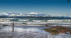 Liencres (Cantabria) (Gelert, el eterno aprendiz) Tags: canon persona mar nieve playa nubes 7d montaña olas sola roca liencres ltytr2 ltytr1