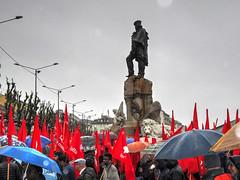 Torino2016_IMG_1441 copia (stegdino) Tags: red rain umbrella torino flag rosso pioggia garibaldi statua ombrello bandiera manifestazione staue primomaggio