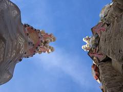 sky beaks (explored) (Soenke HH) Tags: barcelona blue sky rot tower art architecture fun gold spain pov kunst towers beak himmel olympus explore gaudi architektur winkel catalunya blau sagradafamilia rund muster spass türme spanien schnabel e5 antonigaudi katalonien formen blickwinkel faben swd1260 explore06mar16