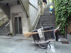02-05-2013 025 (Jusotil_1943) Tags: parque gente obrero carro ascensor escaleras hiedra escoba enredadera limpieza reflectante 02052013