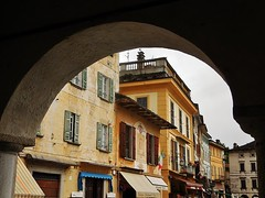 through the archway (SM Tham) Tags: italy buildings square town arch frame shops townhall marketplace archway lakeorta italianlakes ortasangiulio piazzamotta