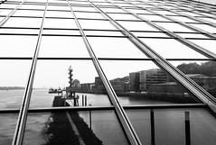 Hamburg... (Heinz Wille) Tags: leica bw 28mm hamburg m8 architektur schwarzweiss hafen dockland linien elmarit