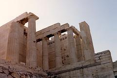 1988.06.21.006 GRECE - ATHENE - L'Acropole, les Propyles (V s. av. JC) (alainmichot93 (Bonjour  tous)) Tags: architecture temple 1988 hellas grece athina colonne acropole athnes parthnon chapiteau propyles ruinesantiques