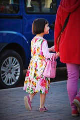 Under Queen Elizabeth's influence! (dominiquita52) Tags: girl bag sac streetphotography fille