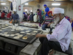 SikhTempleNewDelhi036 (tjabeljan) Tags: india temple sikh newdelhi gaarkeuken sikhtemple gurudwarabanglasahib