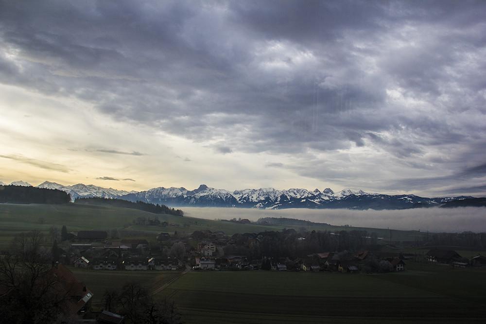 Paisagem no caminho pra Kambly - montanha com névoas