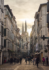 Rue Port Neuf entre Noël et jour de l'An (alǝxH3o) Tags: dsc04531cowm street cityscape france europe bayonne paysbasque aquitaine vivian cathedral dsc04531co watermarked rueportneuf sonya7 sonya7m2 sonya7ii ilce7m2 minoltaaf35105mmf3545 beercan