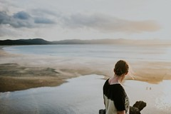 Spirits Bay, NZ II (Maegondo) Tags: ocean travel sunset sea newzealand portrait people beach girl backlight zeiss sand hiking sony warmth roadtrip wanderlust adventure northland batis spiritsbay purenewzealand travelnz sonya7rii carzeisslenses alphaaddicted