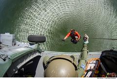 Descida do resgateiro na água (Força Aérea Brasileira - Página Oficial) Tags: fab sar resgate treinamento carranca salvamento forcaaereabrasileira brazilianairforce buscaesalvamento fotojohnsonbarros resgateiro kapof operacaocarranca