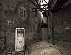 Panne sèche (Atreides59) Tags: bordeaux sepia essence station gas pentax k30 k 30 pentaxart atreides atreides59 cedriclafrance rue street blackwhite blackandwhite bw mono monochrome city ville town noir blanc noiretblanc urbex