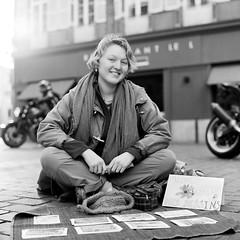 (David Gaborit) Tags: street portrait blackandwhite woman blancoynegro calle mujer noiretblanc retrato femme rue fujiacros rolleiflex28e carlzeissplanar80mmf28 kodakxtol