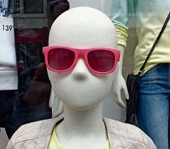 slimbootje in etalage H&M (Gerard Stolk (vers l'Angleterre)) Tags: denhaag etalage haag hm thehague rozebril lahaye slimbootje
