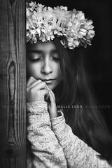 Musing... (Malia Len ) Tags: portrait white black infant child retrato cara nia rostro musing pensamiento pensando cavilando malialeon