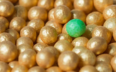 Sugar pearls (WillemijnB) Tags: decorations macro green gold groen or decoration vert sugar pearl sucre goud perles suiker decoratie oneofthesethings macromonday