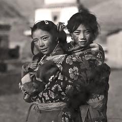 Padma - Girls (siggi.martin) Tags: china girls portrait people tibetans colors girl face asia asien gesicht jung young tibet menschen tibetan tradition sichuan traditionalcostume mädchen farben facialexpression doubleportrait tracht doppelportrait gesichtsausdruck tibetisch tibeter easterntibet osttibet