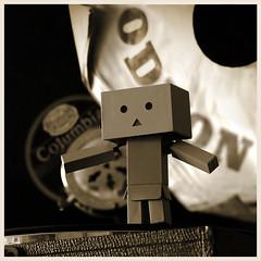 ein Koffergrammophone mit Kurbelantrieb aus den 1930er (steffi's) Tags: japan toy manga columbia merchandise spielzeug odeon figur yotsuba danbo wellpappe objectphotography danbooru mitziehen indooractivities danboard kiyohikoazuma   kartonmnnchen danb kartonschachtelroboter suitcasegramophone