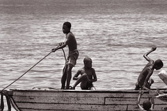 Playing (carlos.aantunes) Tags: africa bw kids boat barco crianas pemba quirimba plying
