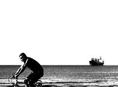 Praia da Avenida Macei (Harry Firmo) Tags: portrait praia perfil bicicleta praha pb bateau plage profil navio pretobranco