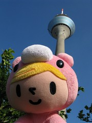 Pity in Gloomy in Düsseldorf (II) (dididumm) Tags: sunshine germany cosplay bluesky plushie gloomybear nrw fernsehturm grizzly düsseldorf blauerhimmel tvtower pity softtoy plushtoy selfie sonnenschein plüschtier rheinturm stofftier telecommunicationtower rhinetower