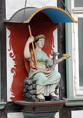 43_1023 Figrlicher Fassadenschmuck mit Baldachin - rmische Figur mit Stab, Schlange und Schale / Hippokrates - Marktkirchhof in Goslar. (stadt + land) Tags: deutschland stadt stab altstadt harz figur schlange historie weltkulturerbe goslar hansestadt geschichte schale damals baldachin rmische frher hippokrates fassadenschmuck erzbergwerk rammeslberg figrlicher neuehanse marktkirchhof