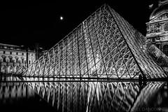 Pyramide du Louvre la nuit (Michel Dancoisne) Tags: paris france photographie noiretblanc michel nuit iledefrance reflets personnes lieux pyramidedulouvre dancoisne