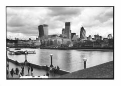 (Oeil de chat) Tags: city bw london film skyline canon buildings kodak trix nb londres streetphoto paysage canonet ql17 ville argentique fleuve urbain quais immeubles photoderue tamise gratteciels