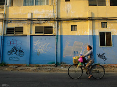 #Sg4 (tocbasoi) Tags: life street people color yellow wall outdoor vietnam gravity saigon bicyle