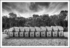 am Strand - at the beach - na plaży (Schnitzel_bank) Tags: longexposure bw beach nature strand polska balticsea polen monochrom ostsee polonia kolobrzeg strandkorb beachchairs blackandwhitephotography langzeitbelichtung landscapephotography longexposurephotography leżaki