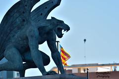 Gargola (carlosrodri1986) Tags: espaa valencia statue spain nikon flag gargoyle bandera estatua gargola d3300