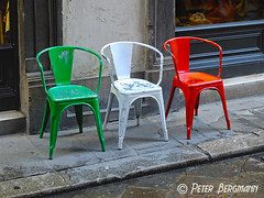 Italia (Peter Bergmann - Fotograf) Tags: street italien red italy white color green rot colors three italian chair chairs painted flag seat national tricolor colored weiss gruen italienisch tricolore angemalt sitzplatz gestrichen trikolor