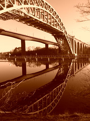 rstabroarna, Stockholm (Per Olof Forsberg) Tags: bridge sepia reflections iron stockholm steel sl sj pont bro fer meccano rsta holme liljeholmen jrn tg rstabron rstabroarna kajen bge ingenjrskonst jrnbro