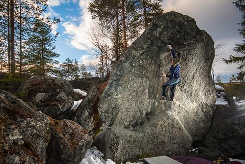 Another classic boulder problem around Rovaniemi, Pyramidi (7a)