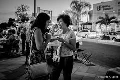 Compartiendo tamales (Ricardo A Senz) Tags: street people food calle gente comida tamales fujifilm colima x100t